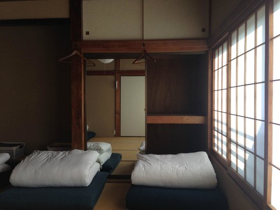 Kamakura Guesthouse: The dormitory-style room with Japanese tatami and futons