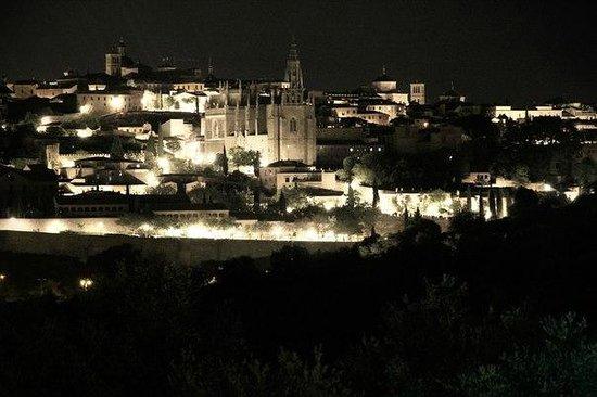 Cigarral El Bosque: Вид на ночной город из окна с приближением