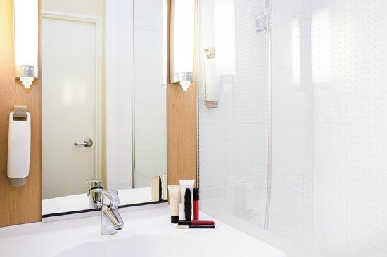 Ibis Annecy Centre Vieille Ville : Salle de bain