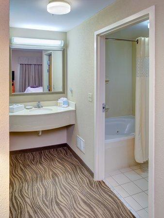 Hampton Inn & Suites Augusta West: Whirlpool Suite Bath