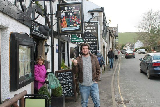 Ye Olde Cheshire Cheese Inn: A great place to stop by, drink and eat