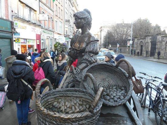 Molly Malone Statue: Popular statue