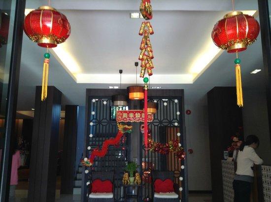 De Hug Hotel & Residence: Hall do Hug Hotel já decorado para o Ano Novo Chinês