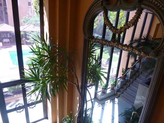 Saray Hotel: Vista desde la escalera