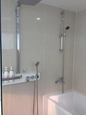 CenterMark Hotel: Shower & clean bath tub
