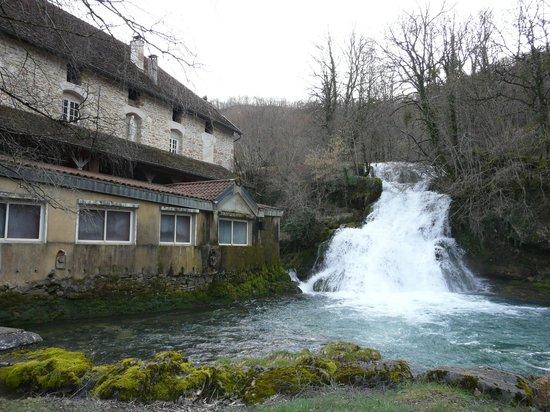 Castel Damandre : Fontaine d'Amandre jouxtant l'hotel