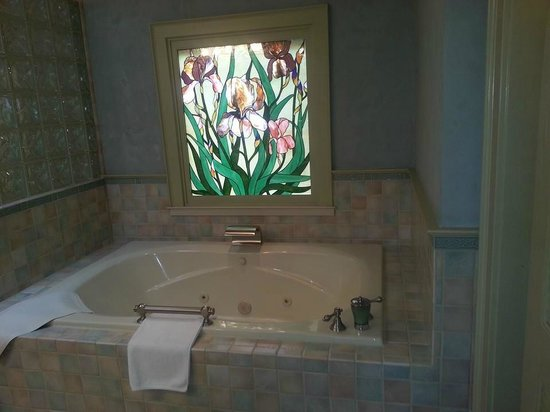 The Wine Country Inn : jetted tub