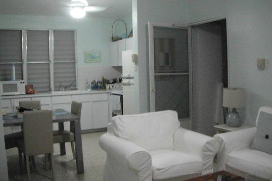Tres Sirenas Beach Inn: Villa Kitchen Area