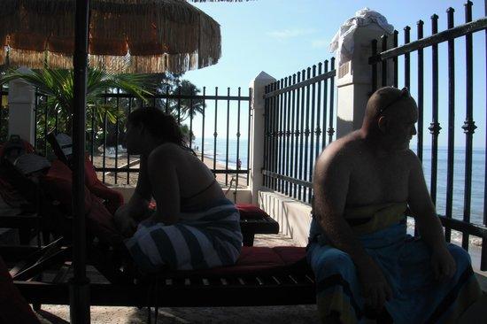 Tres Sirenas Beach Inn: Part of the pool area