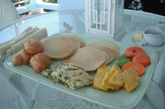 Tres Sirenas Beach Inn: Breakfast!