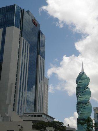 Hotel Riu Plaza Panama: Vista desde una calle de atras al hotel