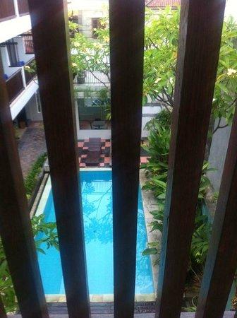 The Kubu Hotel: pemandangan dari balkon kamar lantai 3, gedung sebelah kiri