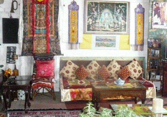 Snow Lion HomeStay: Tibetan banners & hangings in eating area
