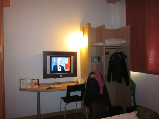 Ibis Milano Centro: Tv y armario