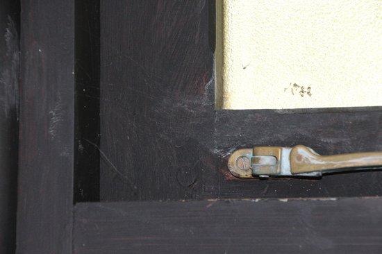 LUX* Belle Mare: Les toiles d'araignèe non enlevèes sur les fenetres de la salle de bain font mauvais genre