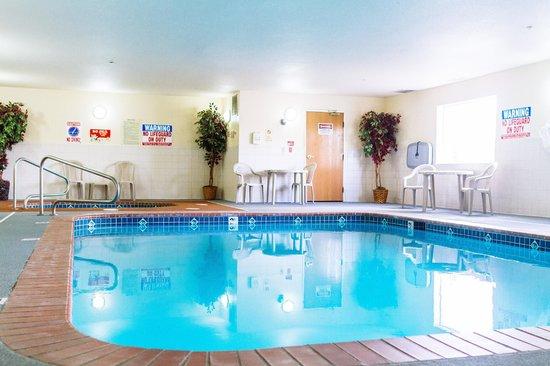 GuestHouse Inn & Suites Kelso/Longview: Indoor heated pool