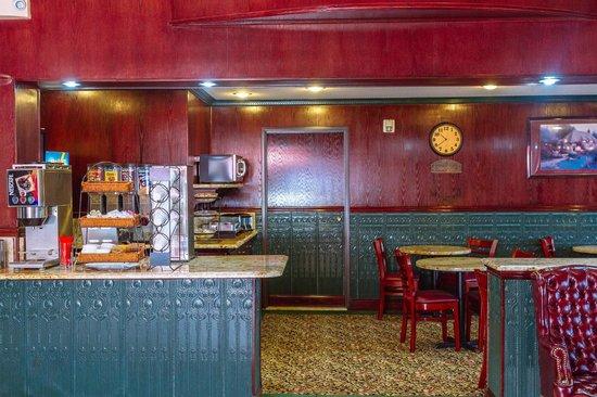 GuestHouse Inn & Suites Kelso/Longview: Breakfast room