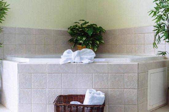 GuestHouse Inn & Suites Kelso/Longview: Spa Suite whirlpool tub