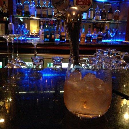 Lounge and Bar: Nice bar