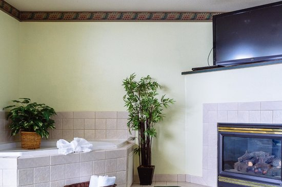GuestHouse Inn & Suites Kelso/Longview: Spa Suite with whirlpool