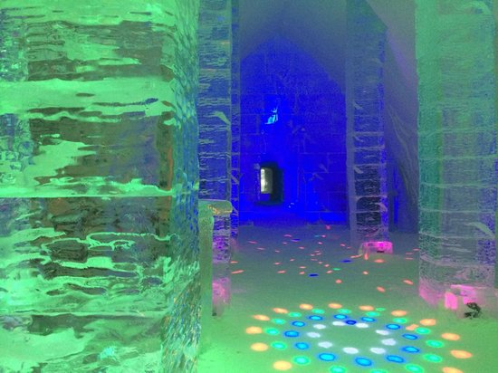 Hotel de Glace: Ice Bar in green