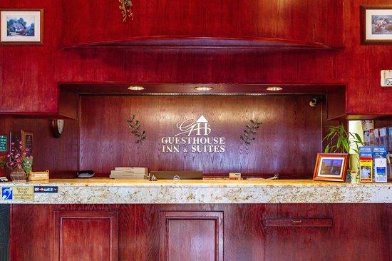 GuestHouse Inn & Suites Kelso/Longview: Front desk