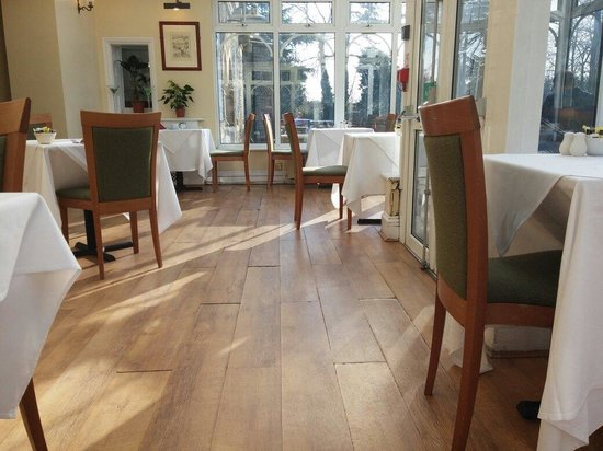 Larkfield Priory Hotel: The very worn laminate flooring in the conservatory.