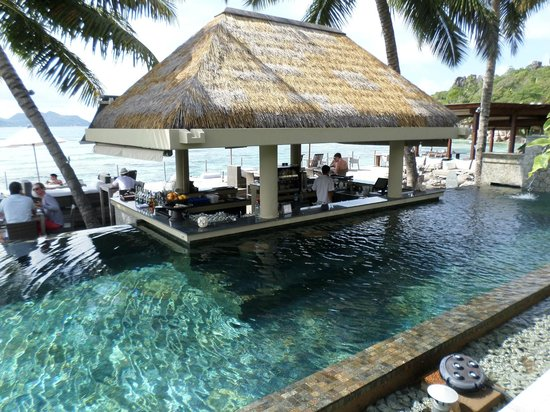 Le Domaine de L'Orangeraie Resort and Spa: The swim up bar in the pool