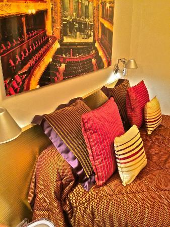 Hotel du Levant: My colorful bed, in renovated single occup. room.