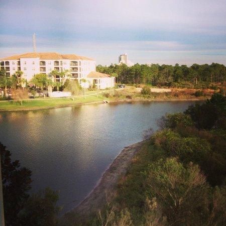 WorldQuest Orlando Resort : vista da sacada para o lago do hotel