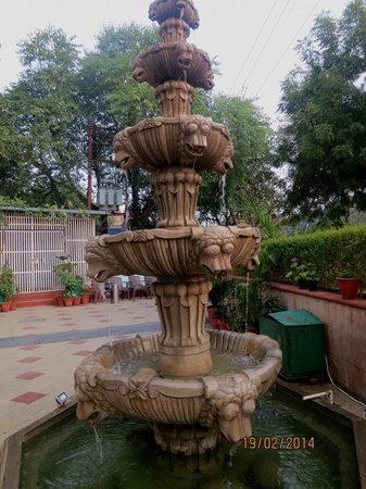 Hotel Taj Resorts: fountain at front of hotel