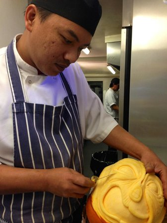 Simply Thai Restaurant: Our chef carving halloween pumpkin.