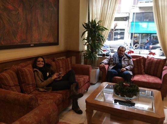 Athens Atrium Hotel & Suites : esperando un taxi en el hotel Atrium en Atenas
