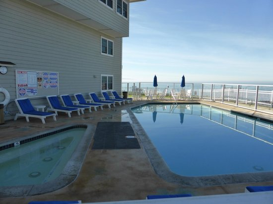 Pismo Lighthouse Suites: beautiful pool area