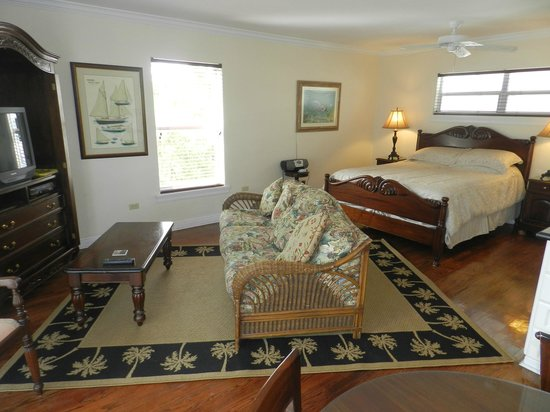 Tarpon Flats Inn: Queen Bed with Pull out sleeper sofa