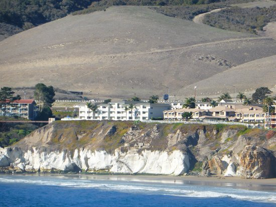 Pismo Lighthouse Suites: took this from the pier to show the bluffs in front of hotel
