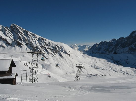 Grindelwald, Suiza: Cable cars on way up to First
