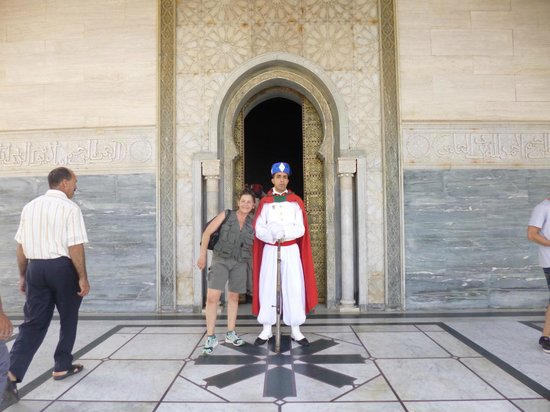 Royal Palace of Rabat: Mi amiga con un guardi
