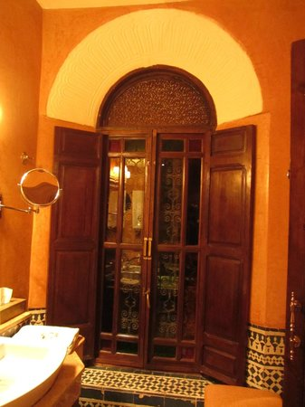 Riad Le Calife : Amber room window in the bathrom