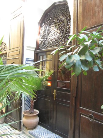 Riad Le Calife: Taken from the courtyard - entrance to the Amber room