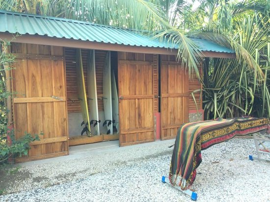 Cabinas Calocita: Surf shed is locked up for safety at night, rentals for a good price.