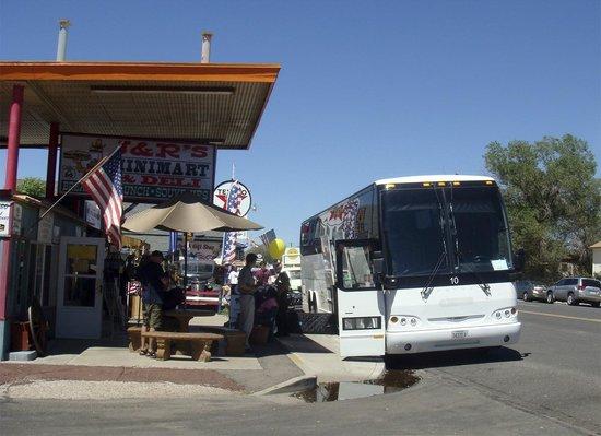 Arizona Route 66 Museum: наш автобус проездом в Кингмане