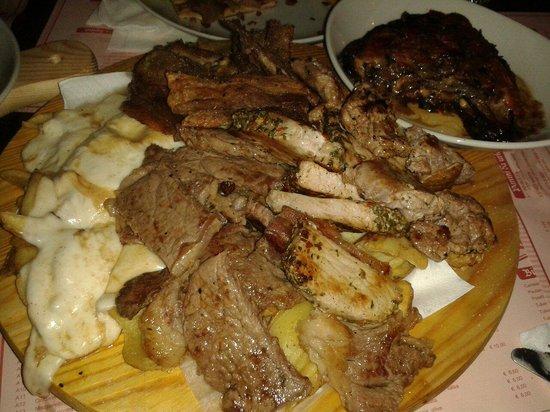 Old Baron pubblic house: Misto carne con scamorza, patate e parmigiana di melanzane