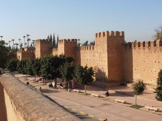 La Maison Anglaise: Adobe city walls