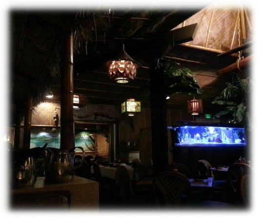Damon's Steak House: Damon's Dark Interior
