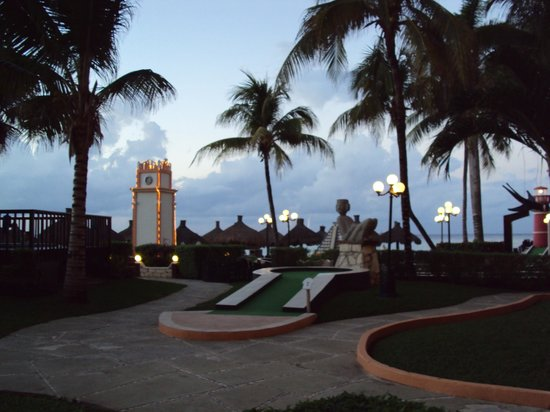 El Cozumeleno Beach Resort : from my patio, looking right- close to the mini golf (fun to play or watch)