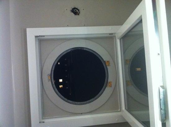 Ibis Styles Lille Centre Gare Beffroi: fenêtre salle de bains