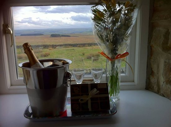 Carraw Bed & Breakfast: Bubbly, local hand made chocs (which were amazing!) and flowers. Beautiful view from the room be