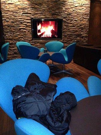 Motel One Muenchen City Sued : Камин в лобби отеля