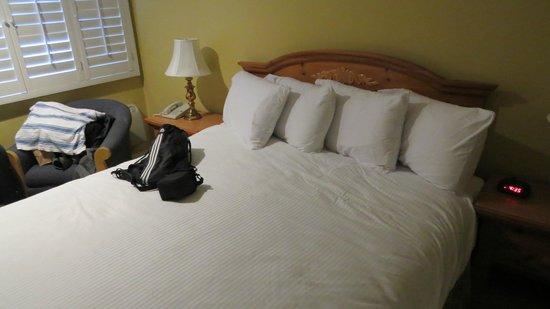 Marina Beach Motel: bed